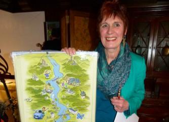 """Mit einer Rheinlaufkarte von Michael Apitz haben zahlreiche Gäste und die Mitarbeiter Claudia Schwarz eine bleibende Erinnerung an ihr """"geliebtes"""" Rheintal überreicht."""