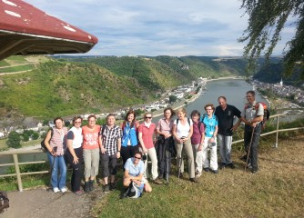 Reisebüromitarbeiter testen Programm aus dem DERTOUR-Aktivkatalog