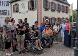 Touristische Akteure testen barrierefreie Stadtführung in Saarburg