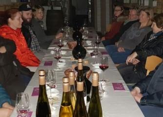 AG Barrierefreier Tourismus testet Weinprobe im Dunkeln